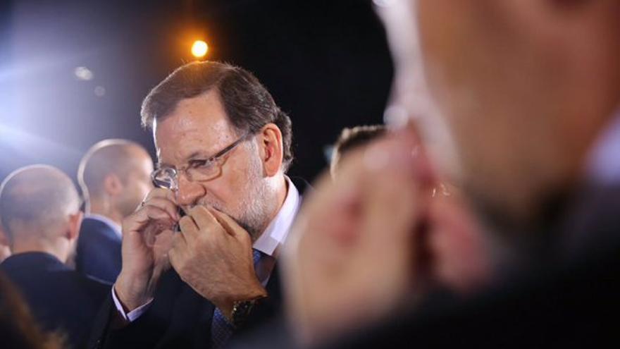 Rajoy recibe información de los sucesos de Kabul por teléfono.