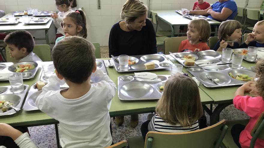 Niños en un comedor escolar