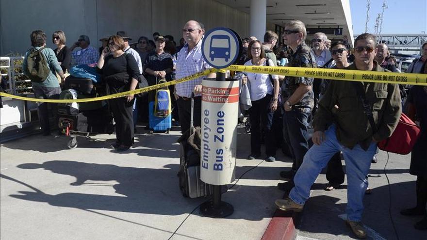 Un pistolero mata a un agente y provoca el caos en el aeropuerto de Los Ángeles