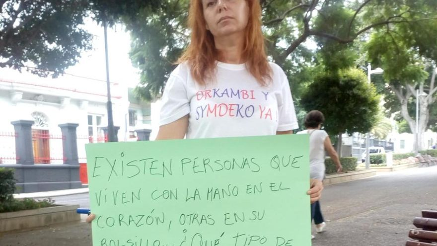 Ángeles Aguilar, en una protesta enfrente de la Consejería de Sanidad, en Santa Cruz