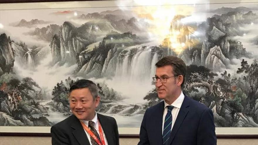 Feijóo, con un representante de la empresa JD.com en China