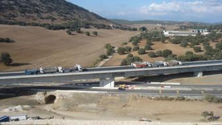 Imagen de la prueba de carga estática en el viaducto sobre la autovía A-92 y el