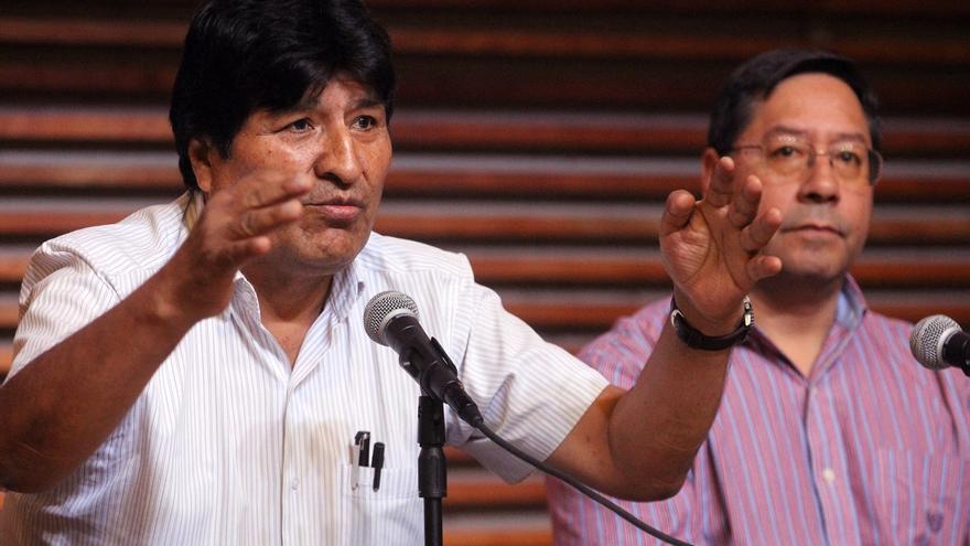 En la imagen, el expresidente de Bolivia Evo Morales (i) y el candidato presidencial por el Movimiento al Socialismo (MAS), Luis Arce (d).