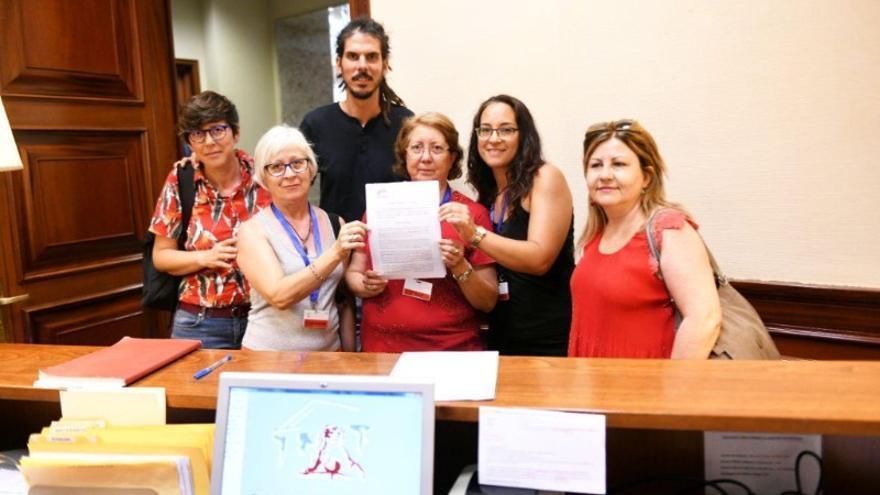 Las representantes de Podemos presentan la PNL junto a representantes de las aparadoras de Elche