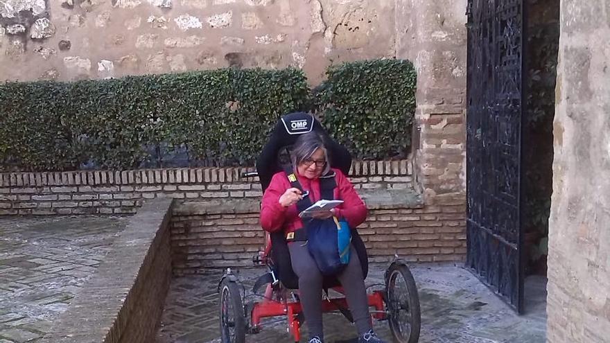 Una mujer accede en silla de ruedas al Museo Coullaut Valera de Marchena.