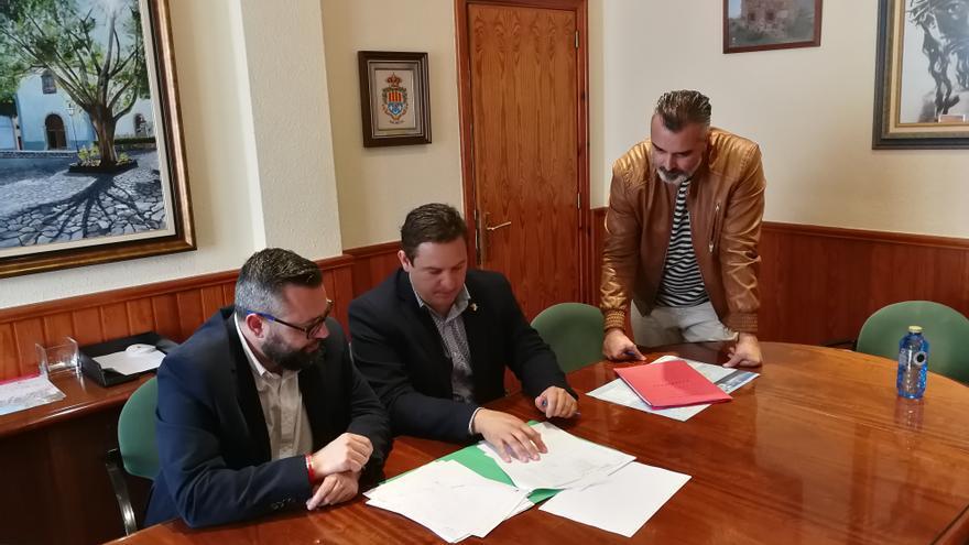 José Julián Mena (centro), alcalde de Arona, en una imagen reciente