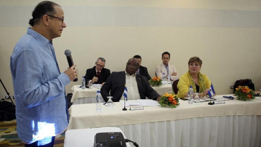 Con un minuto de aplausos honran a Juan Gelman en la República Dominicana
