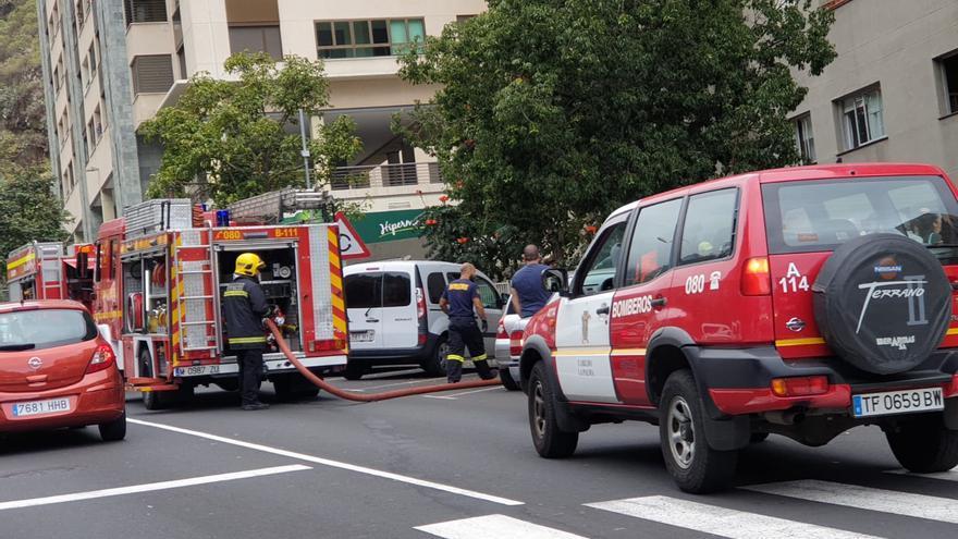 Efectivos de Bomberos La Palma en el lugar del incendio registrado en un edificio de la Avenida El Puente de Santa Cruz de La Palma.