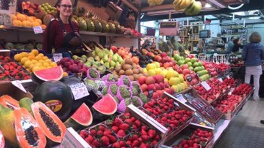 Un puesto de frutas y verduras en el Mercat Central