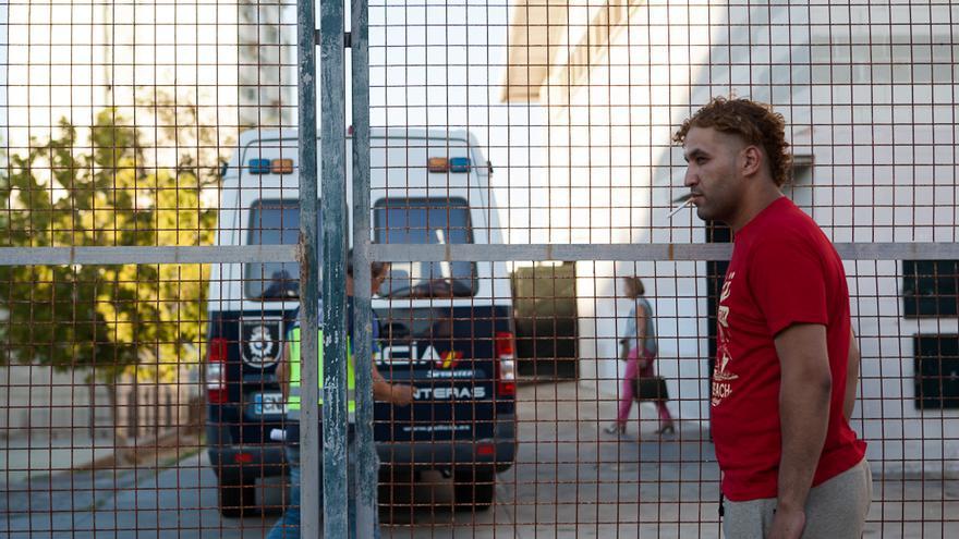 Karim, en el exterior del polideportivo de Algeciras