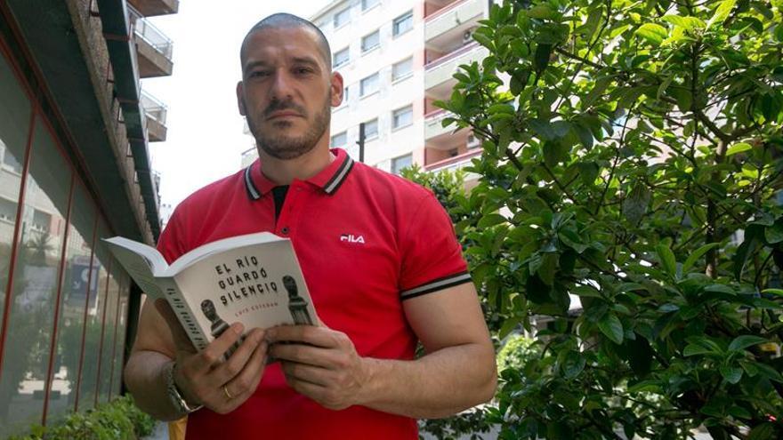 Luis Esteban: Ser policía nutre de muchos argumentos si hay afán por escribir