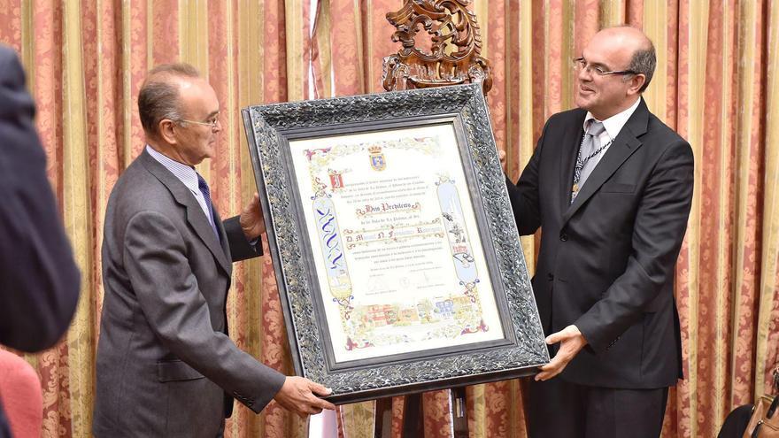 Manuel Fernández recoge el título de manos de Anselmo Pestana.