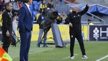El argentino Jorge Sampaoli (d), durante el partido entre la UD Las Palmas y el Sevilla de la vigésima segunda jornada de la Liga de Primera División en el estadio de Gran Canaria, en Las Palmas de Gran Canaria. EFE/Elvira Urquijo A.