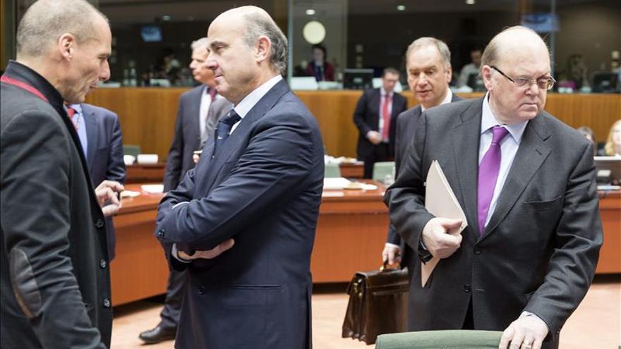El ministro español de Economía, Luis de Guindos (2ºizda), conversa con el ministro griego de Finanzas, Yanis Varoufakis (izda). / Efe