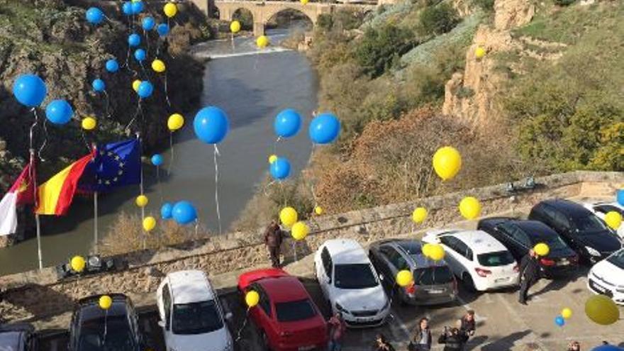 Suelta de globos a las puertas de las Cortes de Castilla-La Mancha