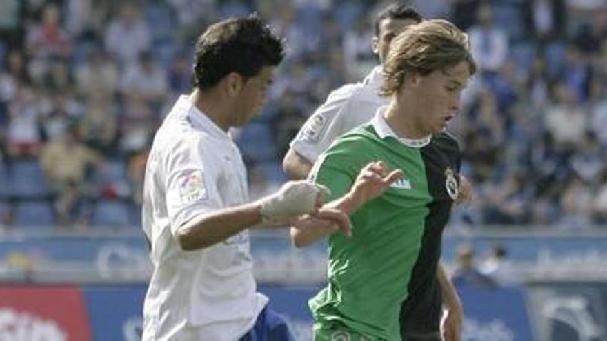 Imagen del último partido entre el Tenerife y el Racing de Santander en la Isla, con victoria por 2-1 para los chicharreros. EFE
