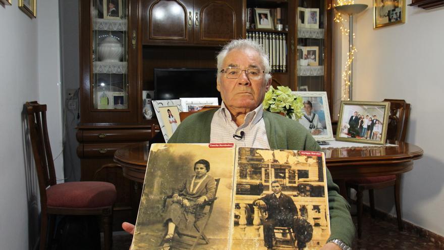 Antonio, con la fotografía de sus padres desaparecidos © AI