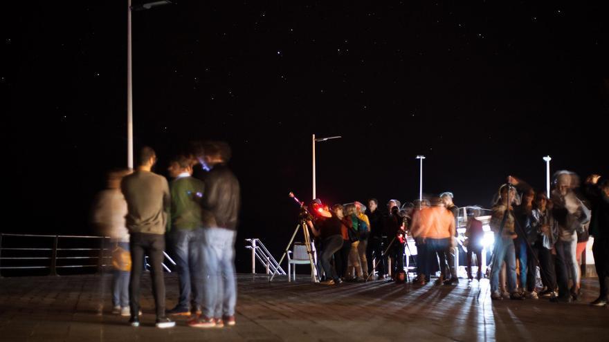 Imagen de archivo de iniciativa 'Apaga la luz y enciende las estrellas' de 2017 en la Avenida Marítima de Puerto Naos.
