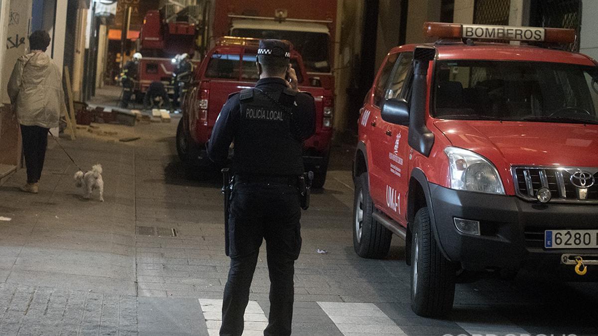 Imagen de archivo de los bomberos en una actuación en el centro de Córdoba.