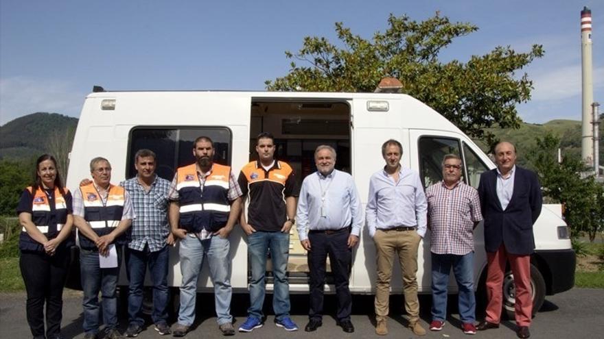 Petronor dona un puesto móvil de primeros auxilios a la Agrupación de Voluntariado en Protección Civil de Muskiz