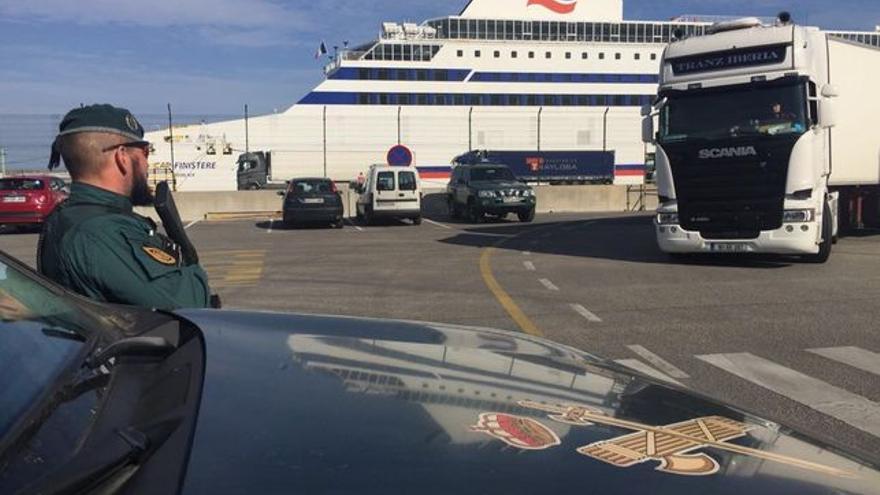 Un agente del GAR de la Guardia Civil, controlando el embarque del ferri en el Puerto de Bilbao