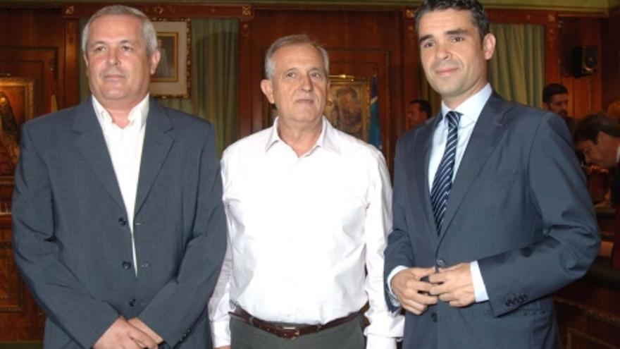 Los portavoces de la oposición en Marbella: de izqda a dcha: Rafael Piña (OSP); Enrique Monterroso (IU) y José Bernal (PSOE).