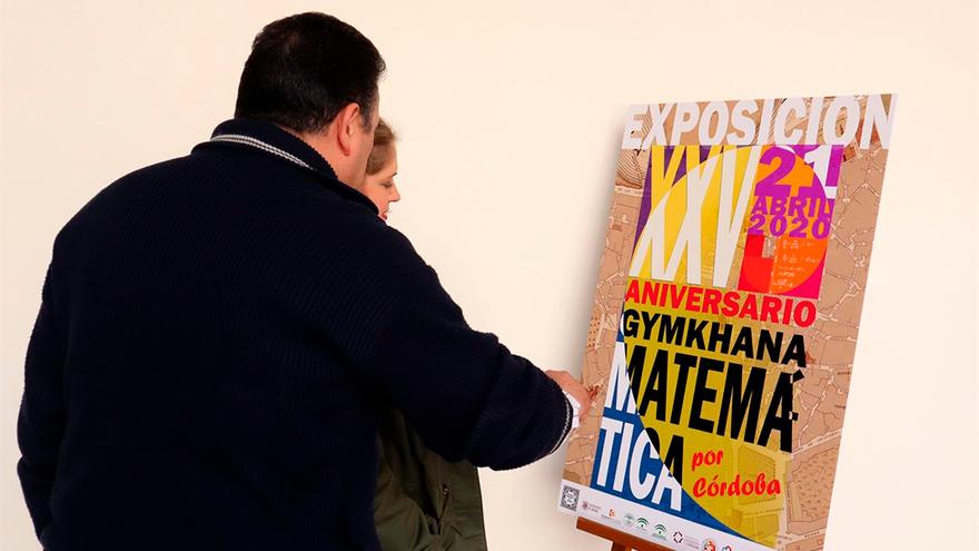 Visitantes contemplan uno de los carteles.