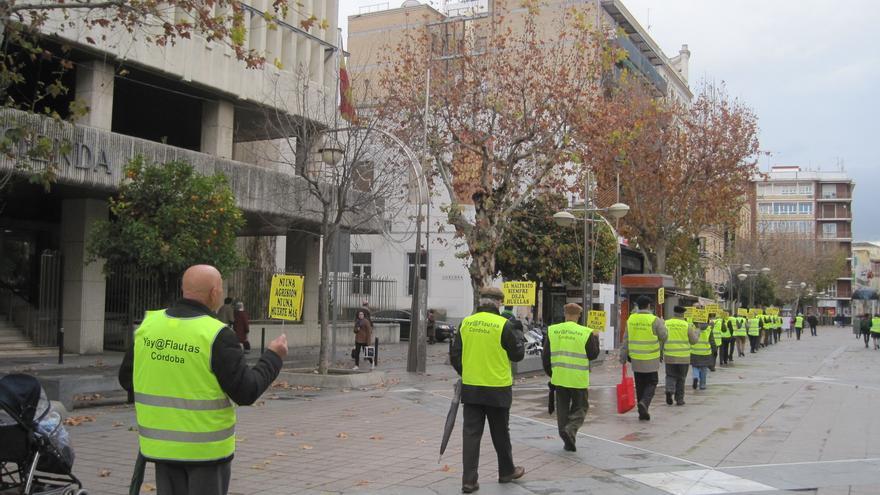 El colectivo de los Yayoflautas de Córdoba conforma su columna silenciosa de protesta cada lunes.