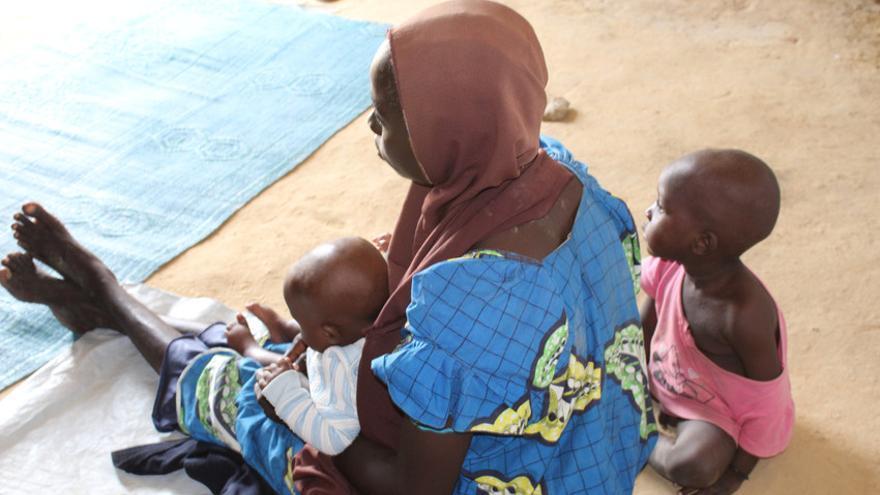 Halima, de 16 años, fue secuestrada por los insurgentes y casada con uno de ellos durante unos 4 años. Ahora se encuentra en uno de los campamentos más grandes de Maiduguri, la capital del estado de Borno, que actualmente alberga alrededor de 1,5 millones de personas desplazadas. Guardar a los niños le proporcionó ropa, mantas, esteras y jabón. Los trabajadores sociales de Save the Children les brindan apoyo emocional y psicosocial para ayudarla a comenzar a recuperarse de sus experiencias.
