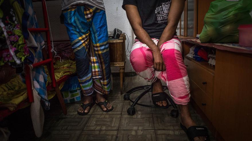 Salauddin y Nahid, migrantes de Bangladesh, en la habitación que comparten en un piso de Lavapiés