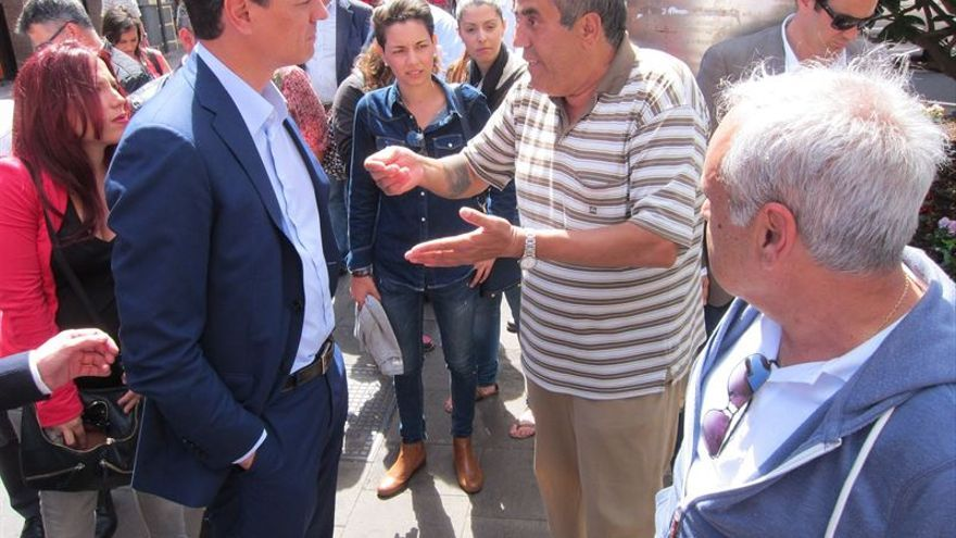 Pedro Sáchez escucha a un ciudadano de La Laguna.