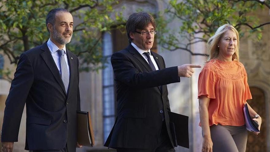 Carles Puigdemont junto a la portavoz, Neus Munté, y el secretario Joan Vidal