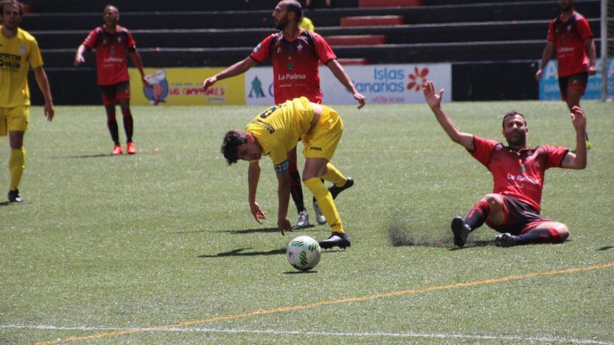 Un momento del partido este domingo en el Silvestre Carrillo. Foto: JOSÉ AYUT.