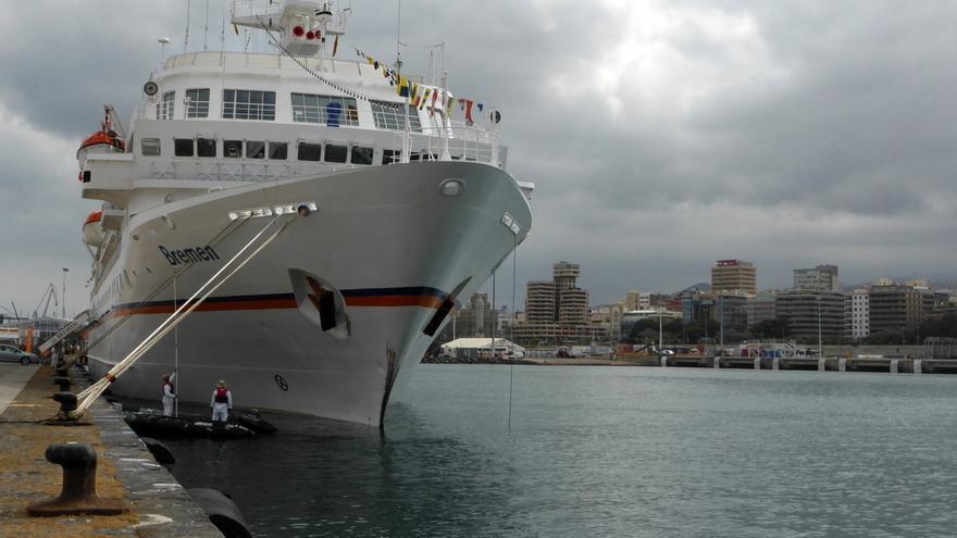 El  'Bremen' en una visita al puerto de Santa Cruz de Tenerife