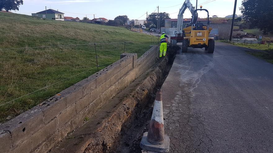 Imagen de las obras de renovación de la red de abastecimiento de agua en Bezana.