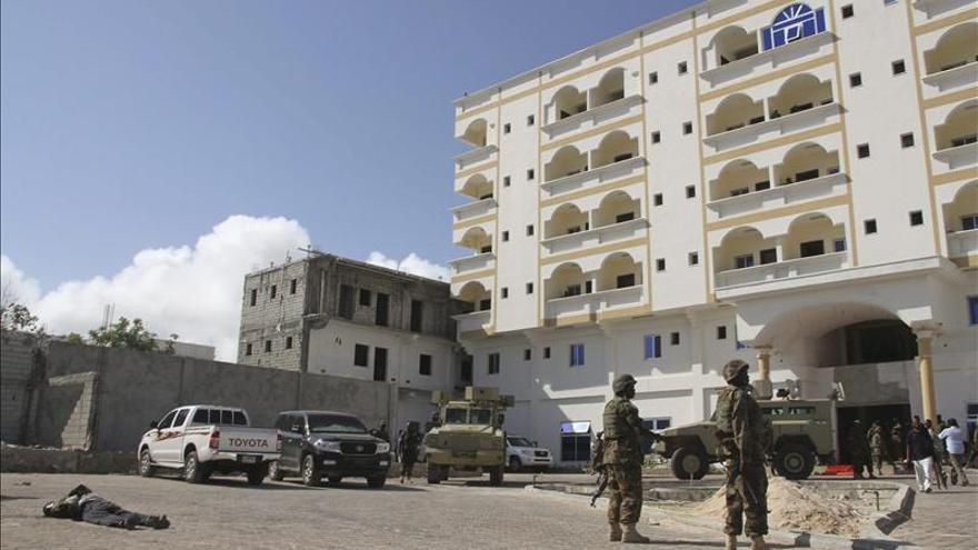 Al menos diez muertos por la explosión de hasta tres coches-bomba en Mogadiscio