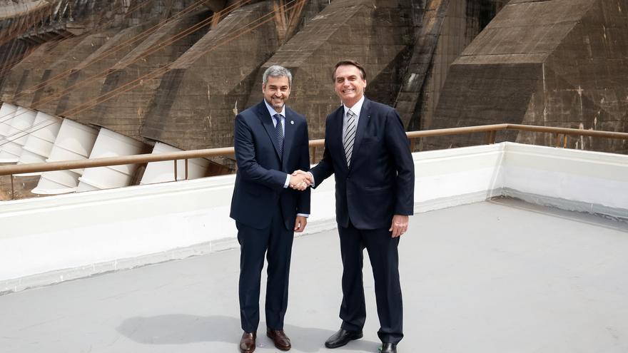 El presidente paraguayo, Mario Abdo Benítez, y el presidente brasileño, Jair Bolsonaro, en la toma de posesión del director general brasileño de la central Itaipú Binacional, en febrero de este año.