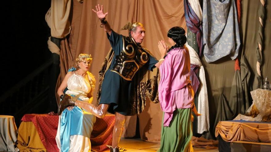 Un momento de la actuación del grupo de aficionados La Pandilla, que representó 'La Comedia Divina' / Festival Mueca