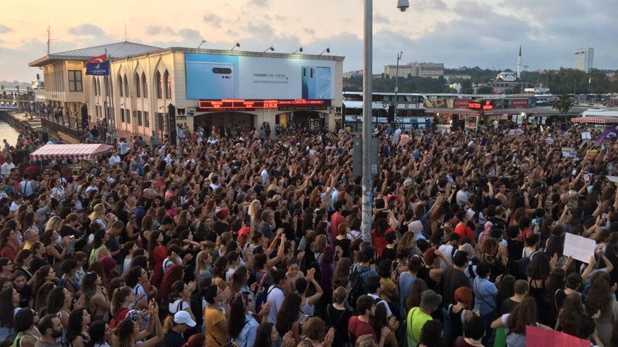 Manifestación por el asesinato machista de Emine Bulut en el distrito de Kadıköy en Estambul, Turquía.