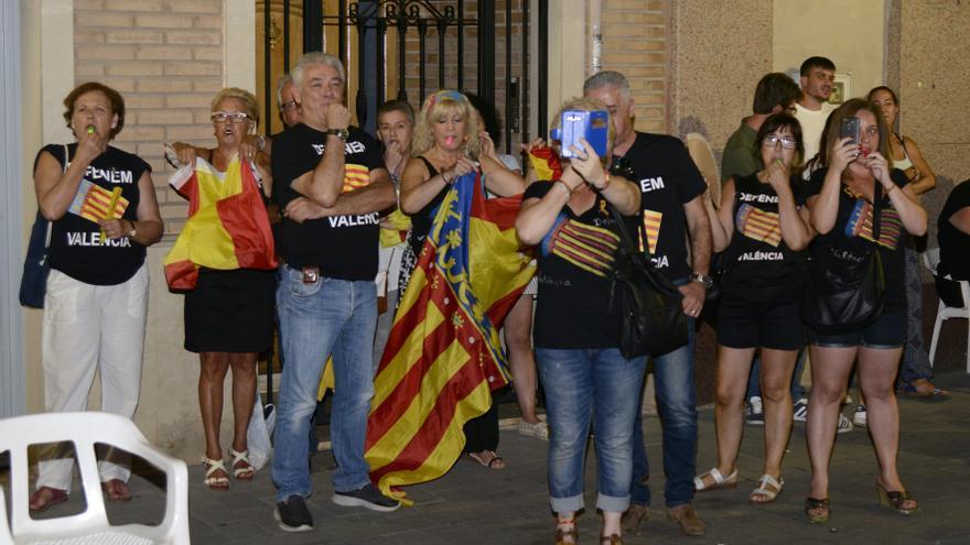 Miembros de 'Defenem València' durante la pitada a la alcaldesa de Paiporta