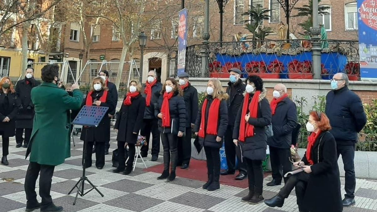 Actuación de un coro durante las fiestas de Navidad en la plaza de Chamberí