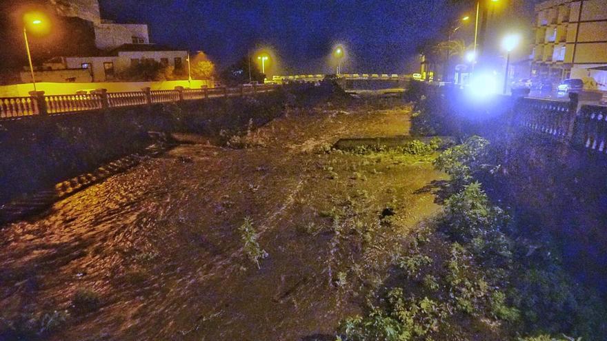 En el cauce del barranco de Las Nieves, anoche, en el tramo urbano de Santa Cruz de La Palma, corría el agua de lado a lado.