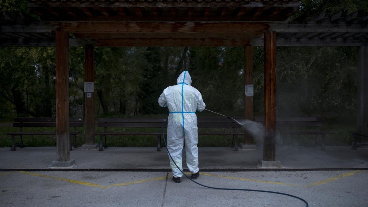En la imagen, un operario municipal realiza labores de desinfección en la zona termal de Outariz, este sábado en Ourense. EFE/Brais Lorenzo