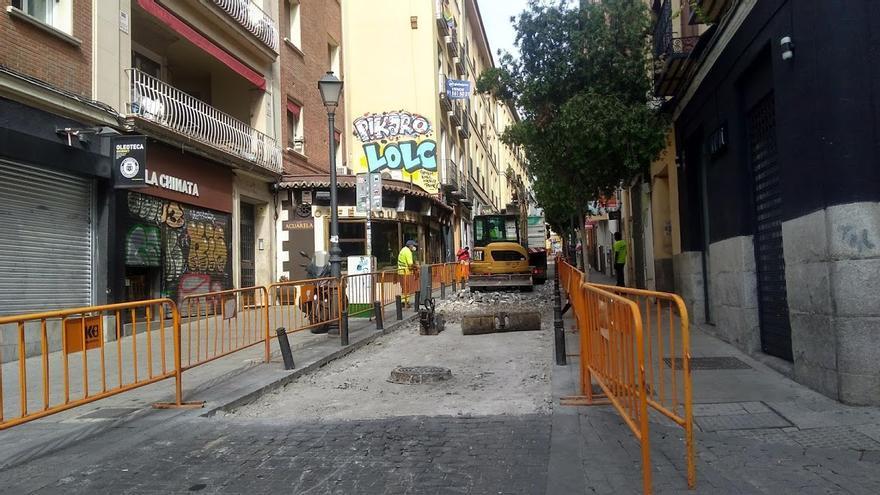 Trabajos de reasfaltado de la calle Gravina   SOMOS CHUECA