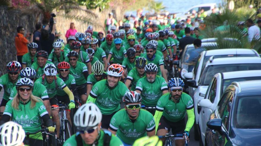En la imagen, un nutrido grupo de participantes en la marcha cicloturista Safe Bike La Palma 2016 organizada por el Cabildo Foto: JOSÉ AYUT.