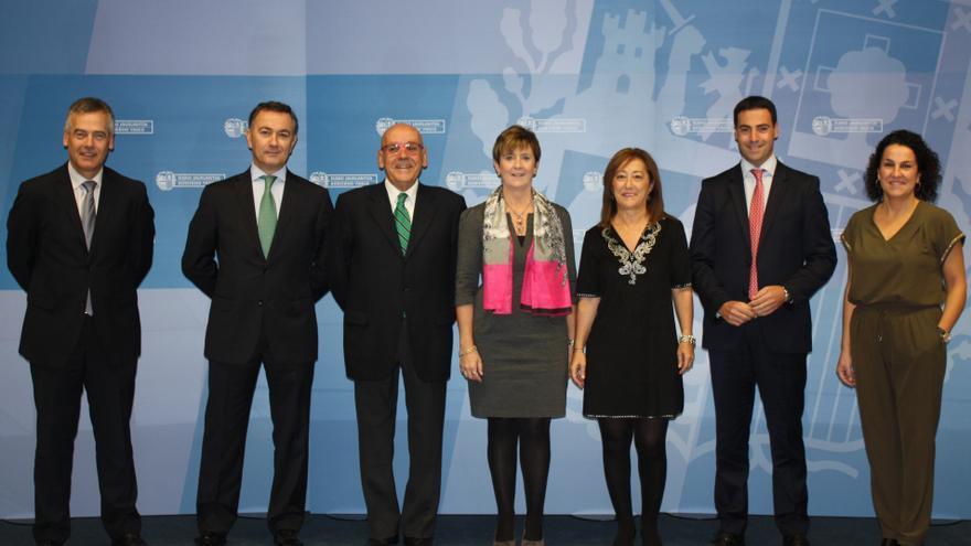 Arantxa Tapia, en el centro, junto a los representanates de las tres diputaciones y cámaras de comercio vascas.