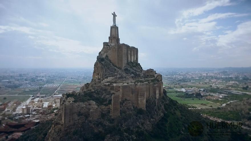 Fotografía aérea del castillo de Monteagudo / HUERMUR