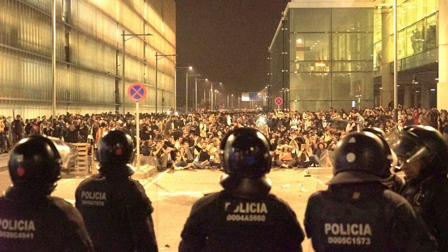 Manifestantes frente al cordón policial esta noche en el aerpouerto