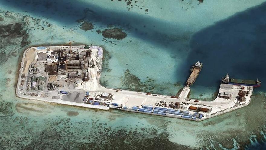 Pekín inaugura 2 aeropuertos en arrecifes disputados de Mar China Meridional