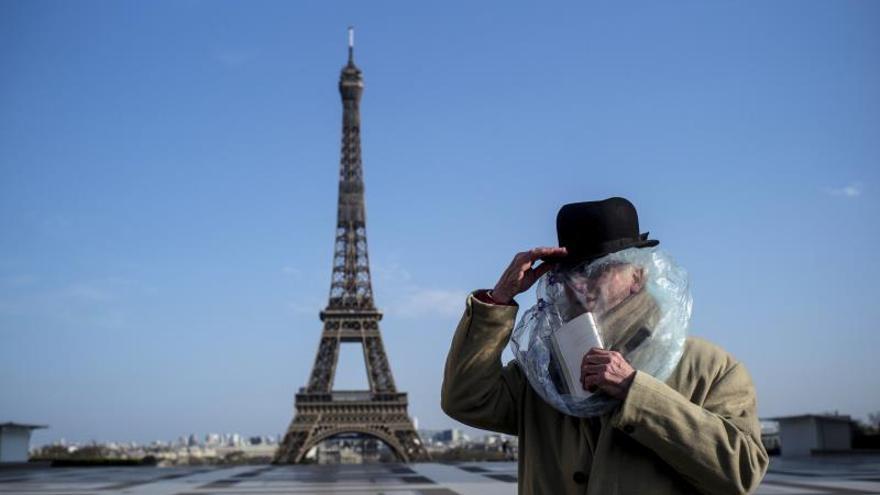 """La Torre Eiffel rendirá homenaje a los """"héroes"""" que luchan contra el COVID-19."""